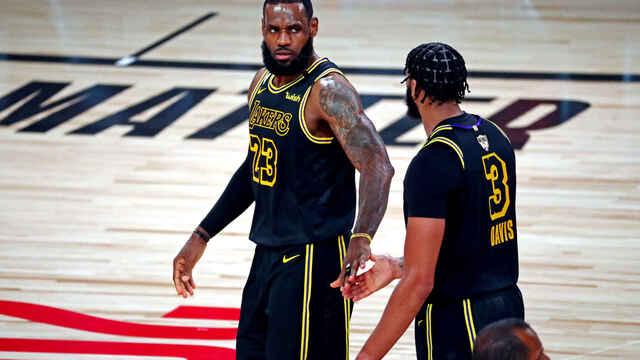 Miami reflexiona y abate a los Lakers